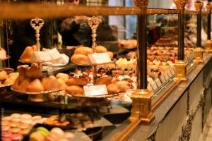 blog pic-cafe pouchkine vidriera con pastries